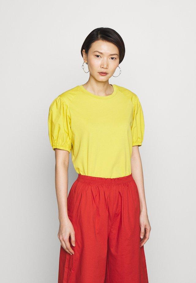 DARK - T-shirts - mustard