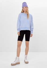 Bershka - MIT PRINT UND STICKEREI  - Sweatshirt - light blue