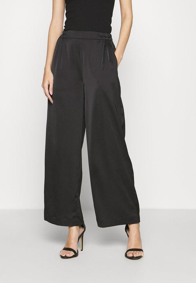 YASTERESA CROPPED PANTS - Pantaloni - black