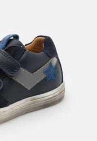 Froddo - DOLBY - Sneakersy niskie - dark blue - 5