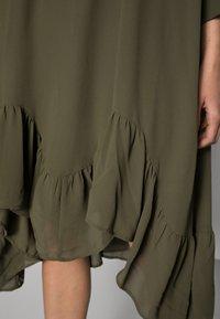 Saint Tropez - BOLETTE DRESS - Denní šaty - army green - 4