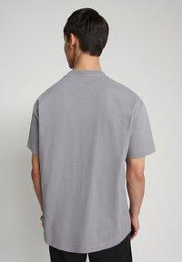 Napapijri - BEATNIK - T-shirt med print - grey gull - 2