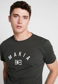 Makia - BRAND - T-Shirt print - dark green - 3