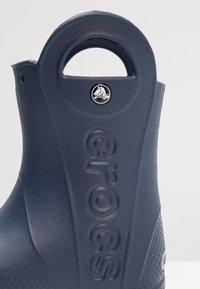Crocs - HANDLE IT RAIN BOOT KIDS - Wellies - navy - 5