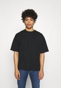 NU-IN - NU-IN X AZIZ LEM BOXY OVERSIZED  - T-shirt basique - black - 0