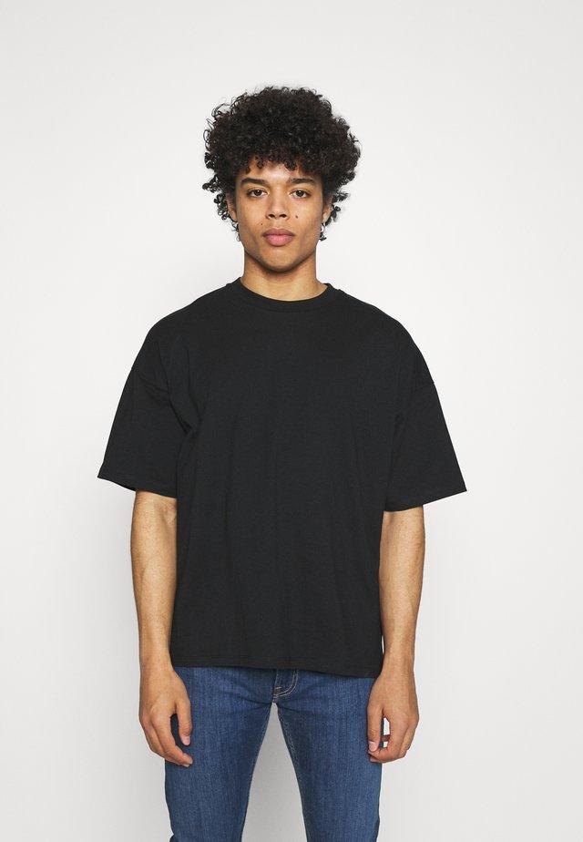NU-IN X AZIZ LERN BOXY OVERSIZED  - T-shirt basique - black