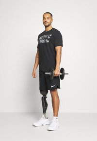 Nike Performance - DRY TEE BLOCK - T-shirt con stampa - black/smoke grey - 1