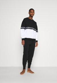 Moschino Underwear - Pyjamasoverdel - black/white - 1