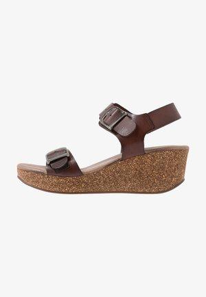 CAMILLA - Sandály na platformě - brown