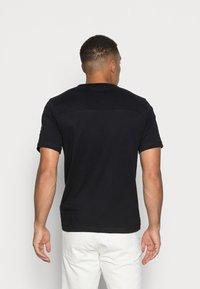 Calvin Klein Jeans - MONOGRAM SLEEVE BADGE TEE - T-shirt basic - black - 2