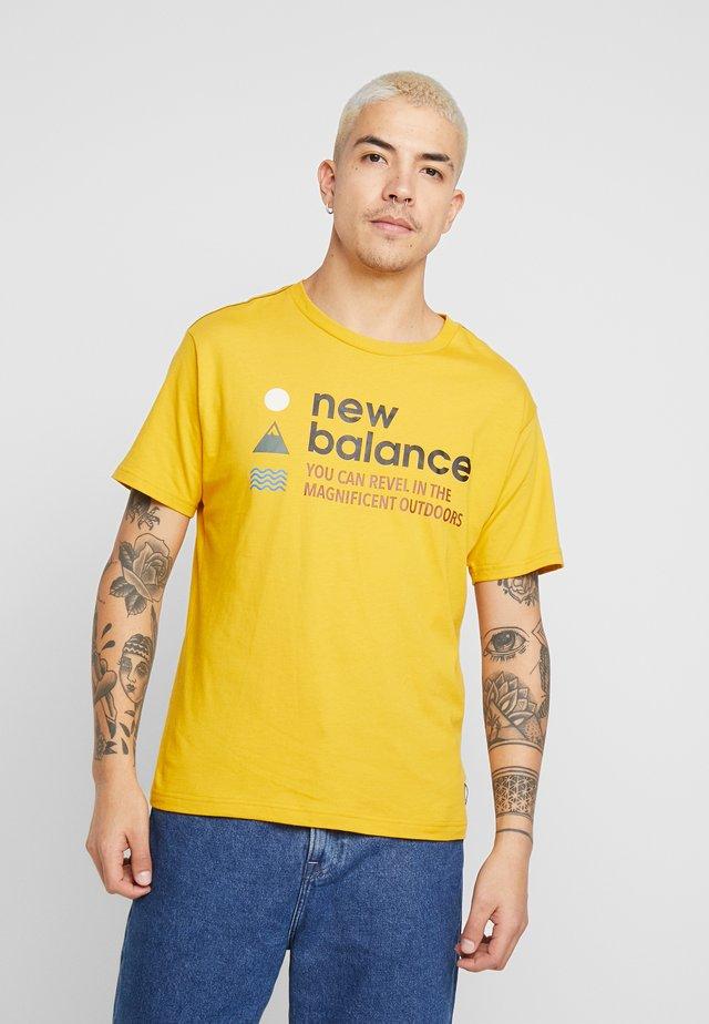 TRAIL TEE - T-shirt med print - varsity gold