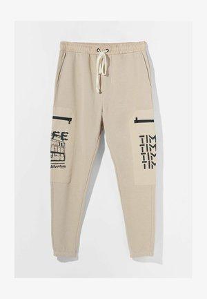 MIT PRINT UND TASCHEN  - Pantaloni sportivi - nude