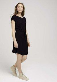 TOM TAILOR DENIM - KLEIDER & JUMPSUITS MINIKLEID MIT LENZING(TM) ECOVERO(TM) - Day dress - deep black - 1