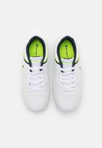 Champion - LOW CUT SHOE REBOUND UNISEX - Chaussures de basket - white/navy/solar yellow - 3