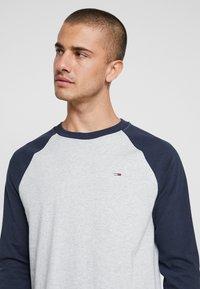Tommy Jeans - RAGLAN TEE - Long sleeved top - dark blue - 4