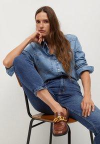 Mango - NEWMOM - Slim fit jeans - tmavě modrá - 4