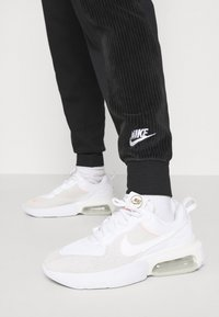 Nike Sportswear - HRTG VELOUR - Pantalones deportivos - black/white - 4