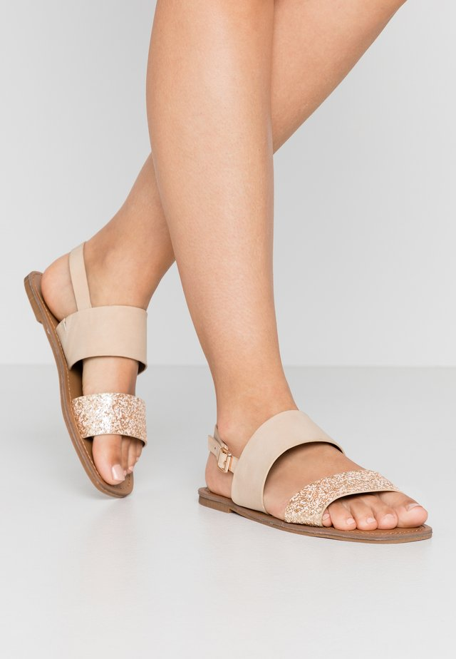 WIDE FIT NELLIE 2STRAP SIMPLE FLAT - Sandalen - nude