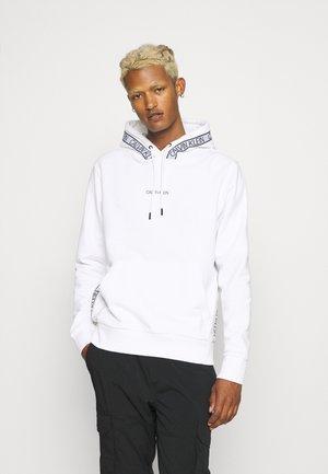 ESSENTIAL LOGO TAPE HOODIE - Sweatshirt - bright white