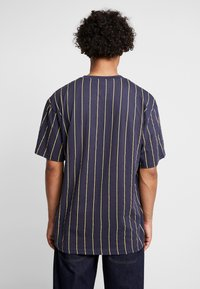 Karl Kani - SIGNATURE PINSTRIPE TEE - Camiseta estampada - navy/yellow/red - 2