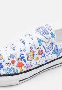 Converse - CHUCK TAYLOR ALL STAR BUTTERFLY FUN  - Sneakers laag - white/black - 5
