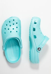 Crocs - CLASSIC - Kapcie - ice blue - 3