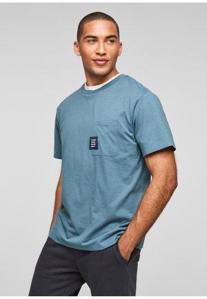 MIT BRUSTTASCHE - Basic T-shirt - light blue