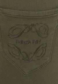 Patrizia Pepe - PANTALONI TROUSERS - Jeggings - deep khaki - 5