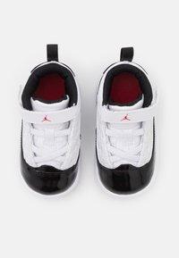 Jordan - MAX AURA 2 UNISEX - Basketball shoes - white/gym red/black - 3
