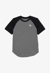 Abercrombie & Fitch - BASIC RAGLAN CREW - T-shirt med print - grey/black - 2