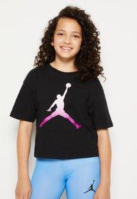 Jordan - SHORT SLEEVE GRAPHIC  - T-shirt z nadrukiem - black - 0