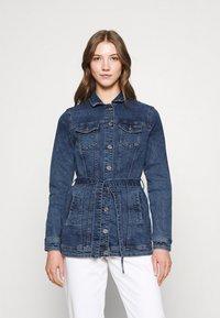 ONLY - ONLTIA LIFE LONG BELT  - Veste en jean - light blue denim - 0