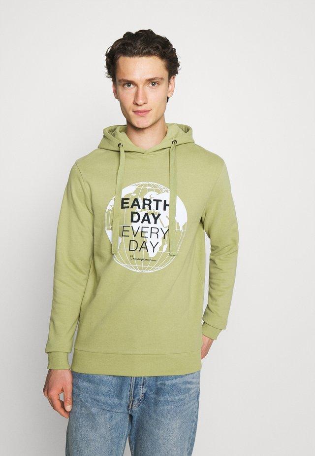 ELM EARTHDAYEVERYDAY GLOBE HOOD  - Felpa - sage