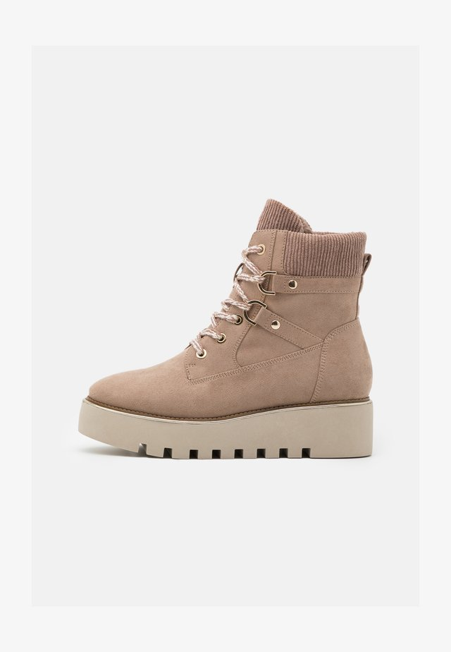 BOOTS - Botines de cuña - taupe