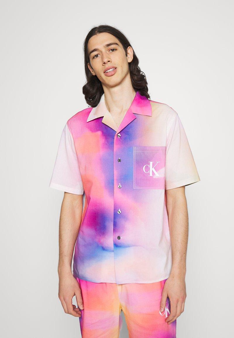 Calvin Klein Jeans - PRIDE OVERSHIRT UNISEX - Shirt - pride marble