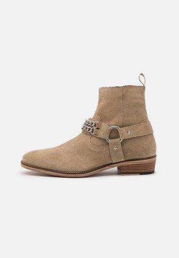 RUSSEL CHAIN CUBAN - Cowboy/biker ankle boot - stone