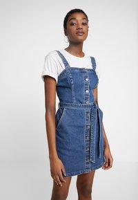 Hollister Co. - SHORT DRESS - Robe en jean - blue denim - 0