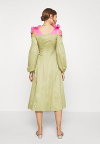 Who What Wear - OFF THE SHOULDER DRESS - Shirt dress - cedar/doll pink - 2