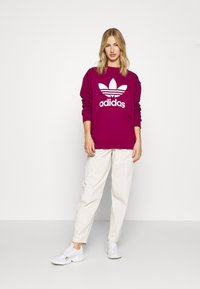 adidas Originals - CREW ADICOLOR - Sweatshirt - power berry/white - 1