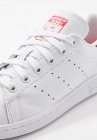 adidas Originals - STAN SMITH - Sneaker low - footwear white/lush red - 5