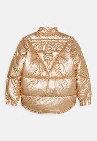 Guess - JUNIOR HIGH LOW PADDED - Zimní bunda - light copper multi - 1