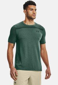 Under Armour - SEAMLESS SS - Print T-shirt - toddy green - 0
