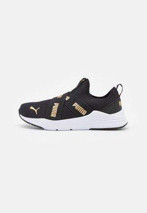 WIRED RUN SLIP ON FLASH JR UNISEX - Neutral running shoes - black/team gold