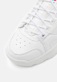Levi's® - SOHO - Tenisky - white/metallic silver - 5