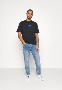 adidas Originals - TREFOIL TEE UNISEX - T-shirts med print - black/blue - 1