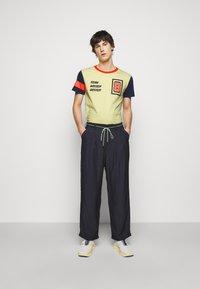 Viktor&Rolf - PRINTED - T-shirt z nadrukiem - yellow - 1