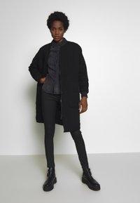Noisy May - NMDILEM SLIM - Skjorte - black denim - 1