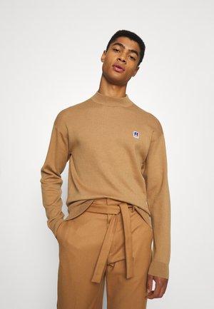 BOSS X RUSSELL ATHLETIC KRUMOK - Stickad tröja - medium beige