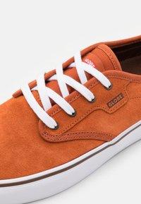 Globe - MOTLEY - Sneakers laag - cinnamon/white - 5