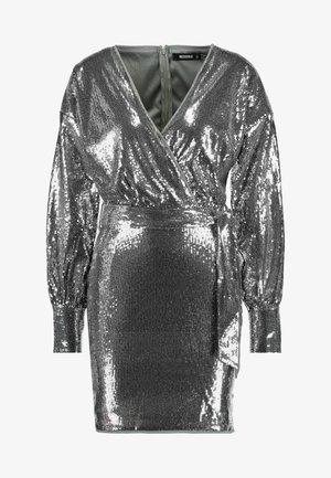 SEQUIN PLUNGE BELTED MINI DRESS - Cocktailkjoler / festkjoler - silver
